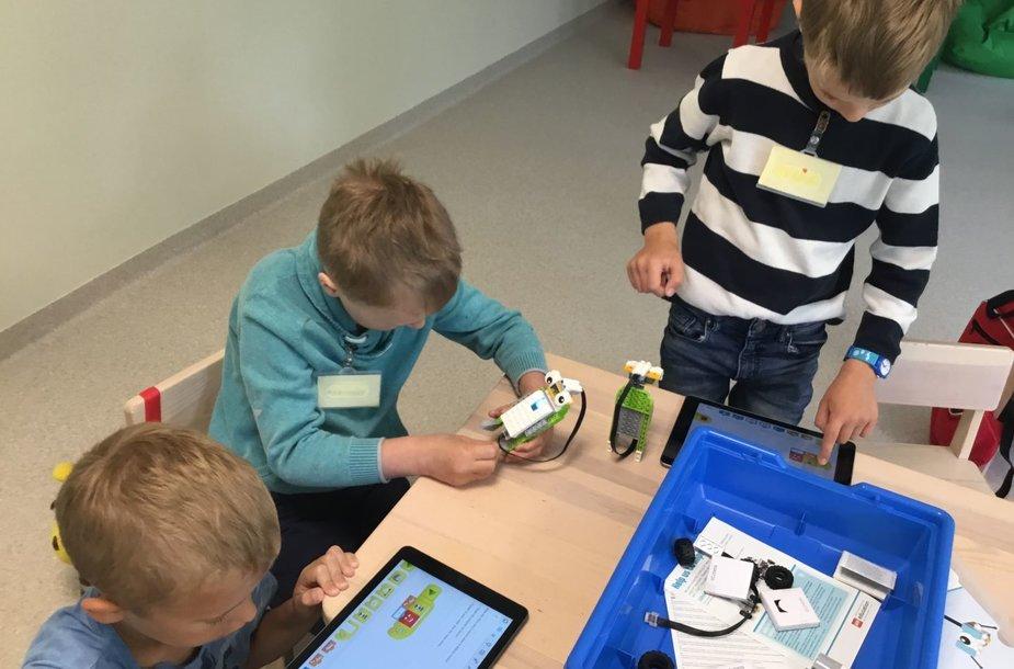 Vaikai, įsitraukę į inžinerines užduotis