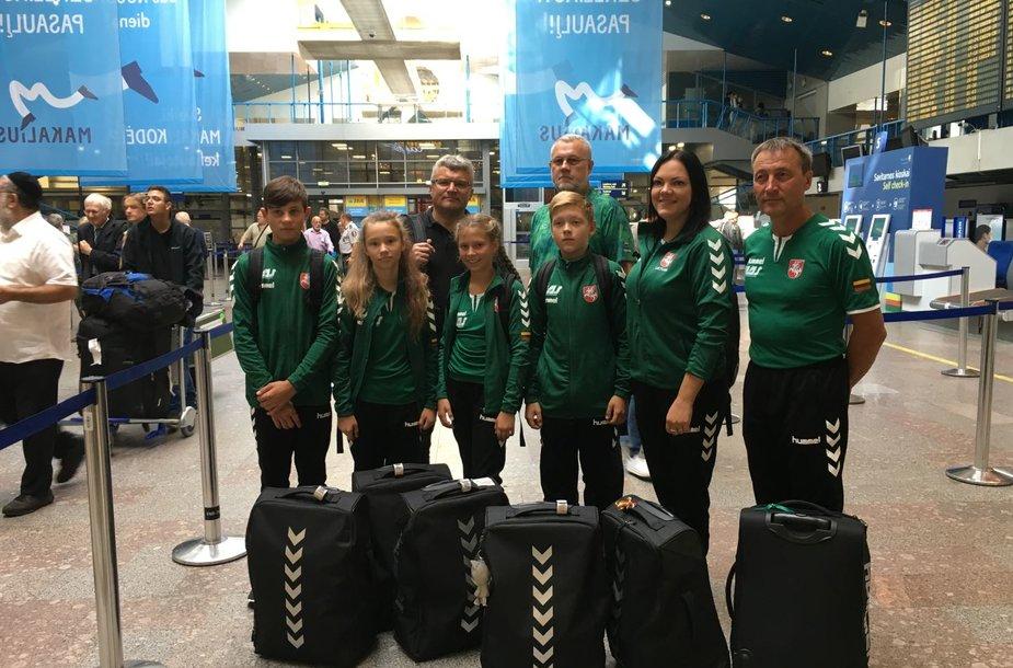 LAS jaunųjų dviratininkų komanda oro uoste