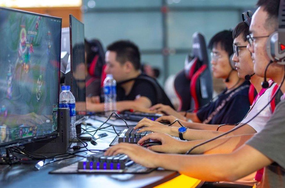 Kinija nori uždrausti nepilnamečiams kurti turinį transliavimo platformose