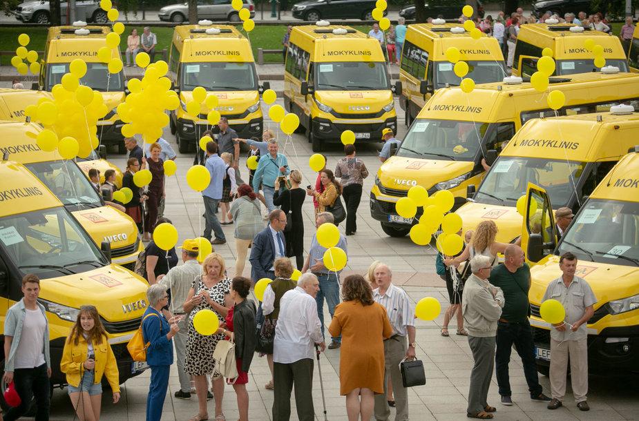 Katedros aikštėje dalyvavo mokyklinių autobusiukų perdavimo savivaldybėms ceremonijoje