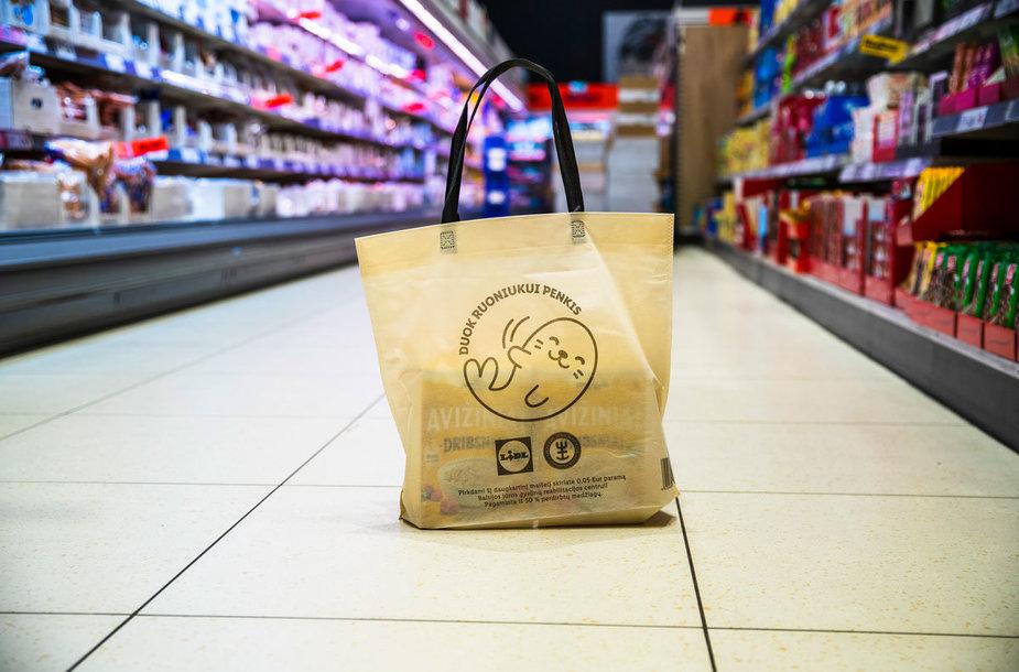 """""""Lidl"""" pristato projektą """"Duok ruoniukui penkis"""": už tvarius maišelius surinktas lėšas skirs gyvūnų reabilitacija"""