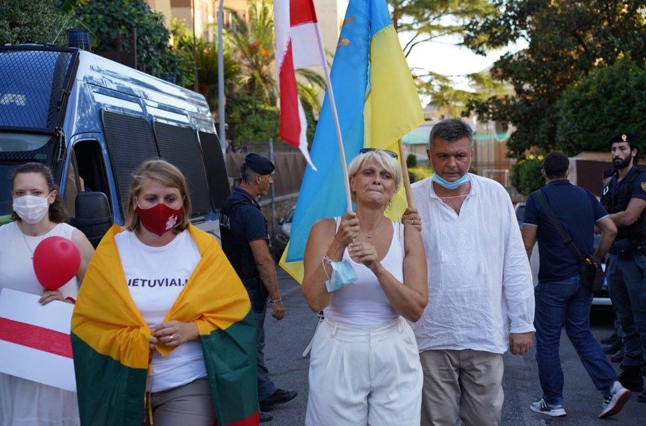 Lietuvos, Baltarusijos ir Ukrainos bendruomenių Italijoje lyderiai prie Baltarusijos ambasados Romoje padėjo gėlių už žuvusius protestuose