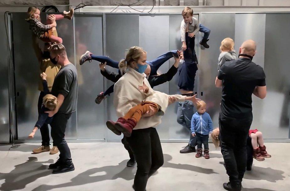 """Julijono Urbono performatyvi paskaita """"Repetuojant planetą iš žmonių"""" Karlsrūhės meno ir medijų technologijų centro (ZKM) festivalyje"""