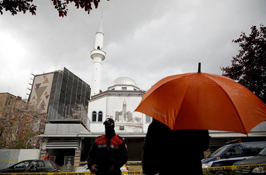 Ginkluotas vyras užpuolė maldininkus vienoje Tiranos mečetėje ir sužalojo penkis žmones