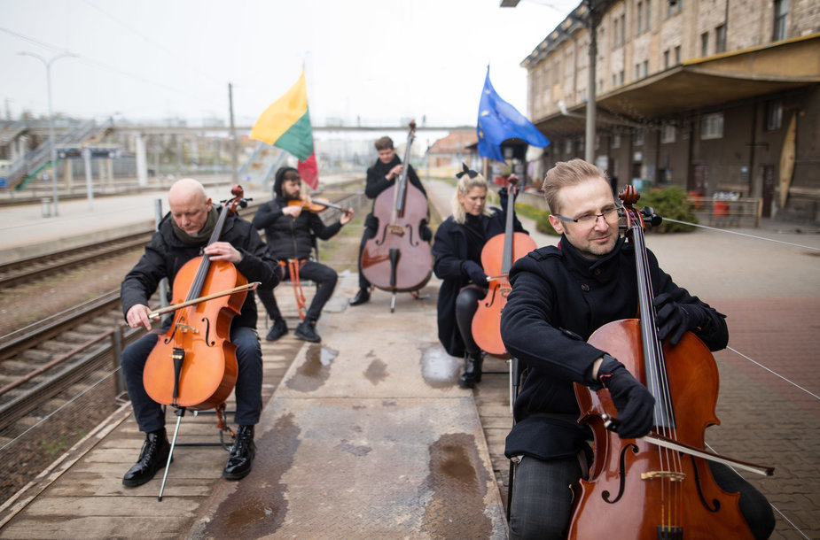 ES himną orkestras sugrojo ant važiuojančio traukinio platformų