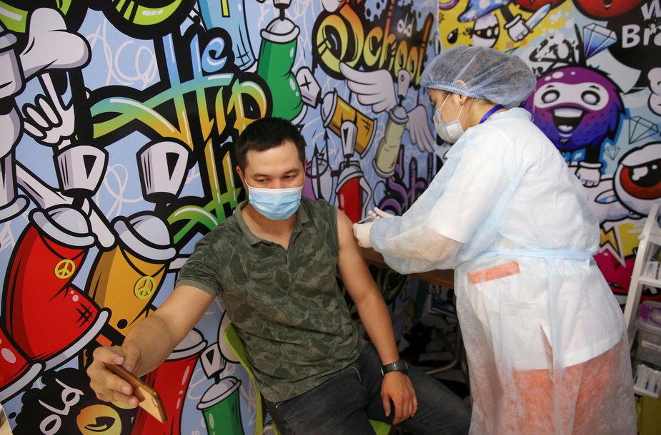 """Vyras gauna """"QazCovid-in"""" vakciną Kazachstane"""