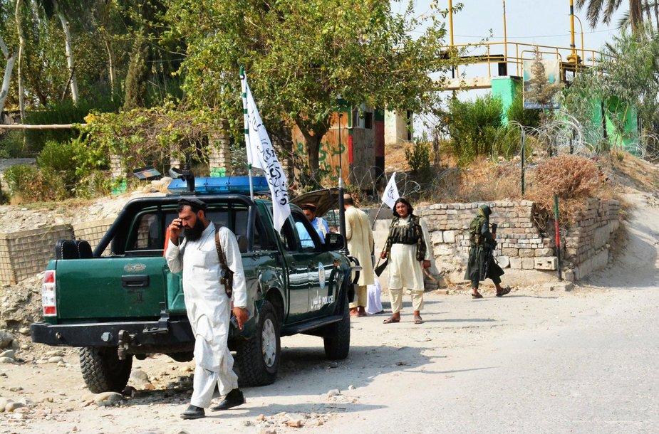Talibano nariai tikrina vietą, netoli kuriuos nugriaudėjo sprogimas