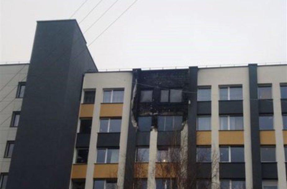 Apdegęs neseniai renovuotas namas