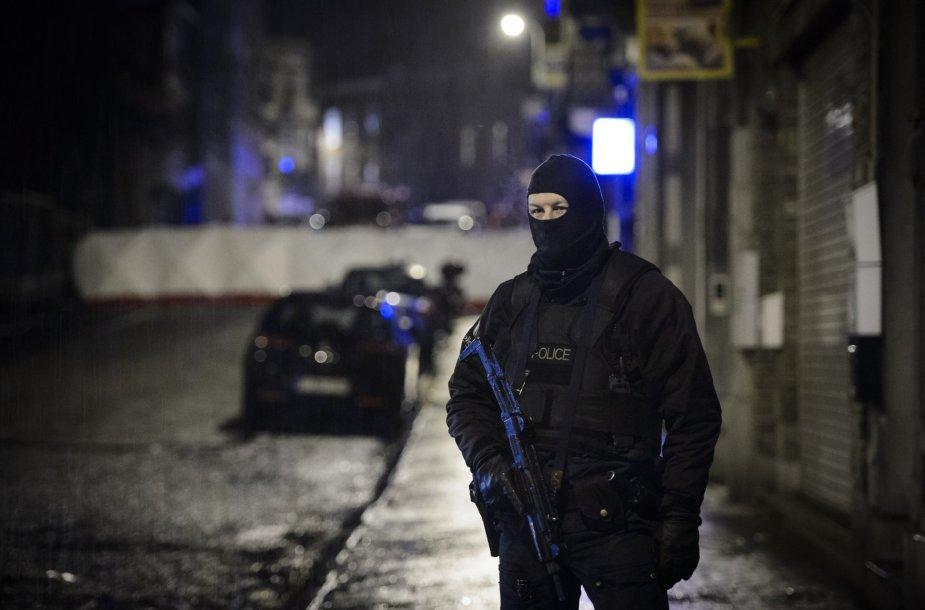 Belgijos pareigūnai šalia tos vietos, kur buvo surengta antiteroristinė operacija.