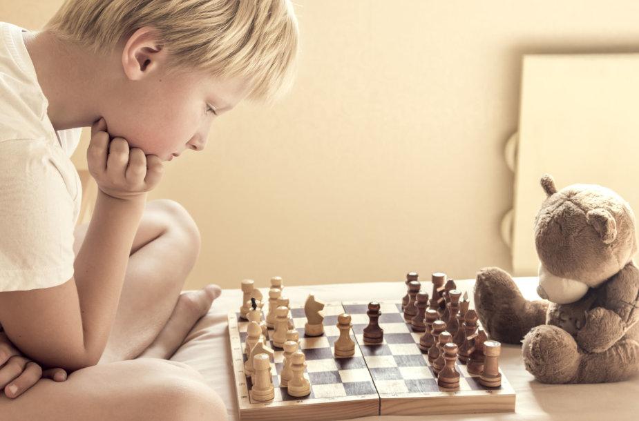 Berniukas žaidžia šachmatais