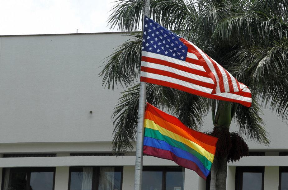 JAV ir vaivorykštės spalvų vėliavos prie Amerikos ambasados Kosta Rikoje