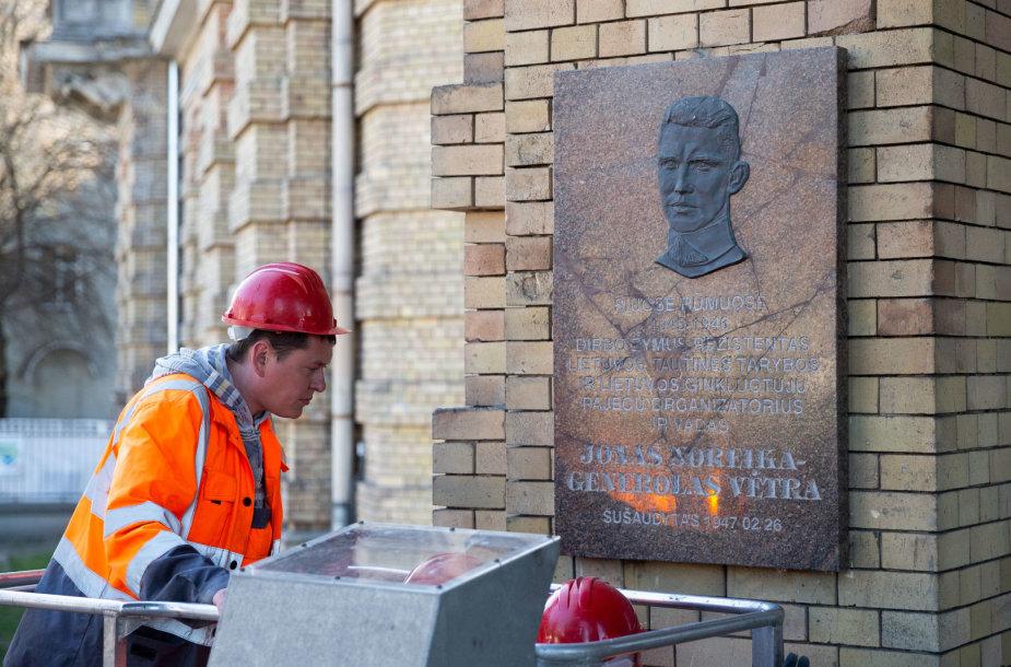 Prie Vrublevskių bibliotekos atvežta Jono Noreikos – Generolo Vėtros atminimo lenta