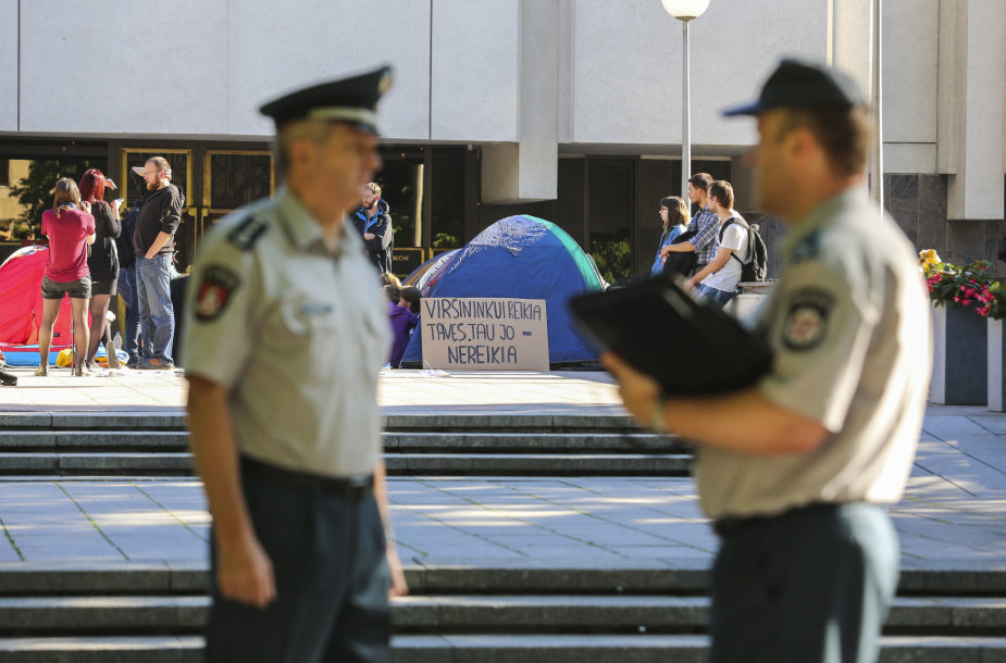 Iš Kauno protestuotojai atsikraustė į V.Kudirkos aikštę ir apsigyveno prie Vyriausybės rūmų
