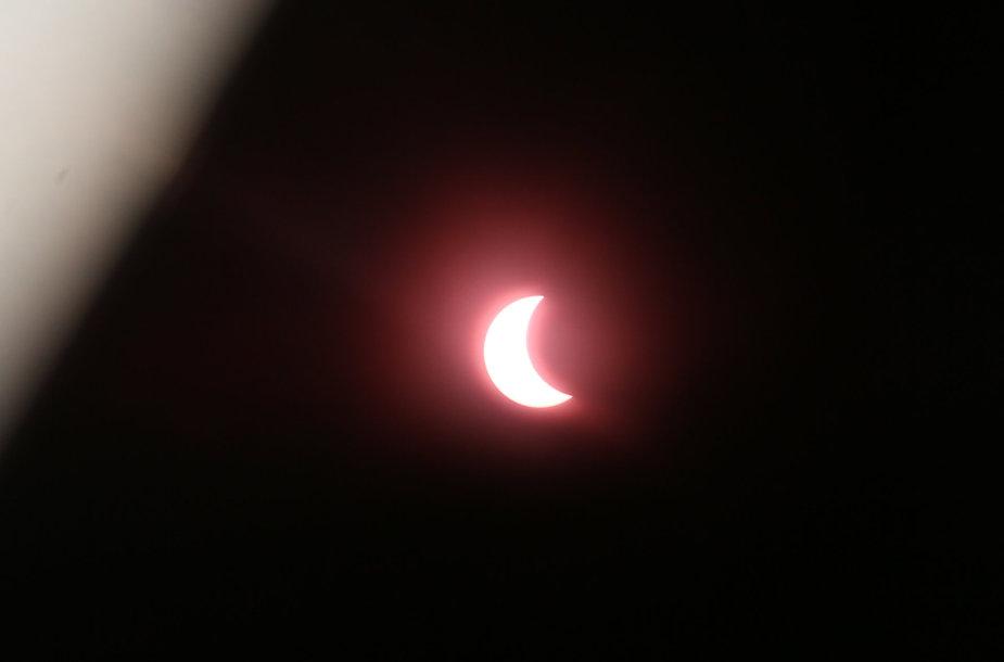Vilniečiai stebi Saulės užtemimą