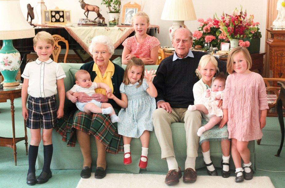 Elizabeth II ir princas Philipas su septyniais provaikaičiais (2018 m.)