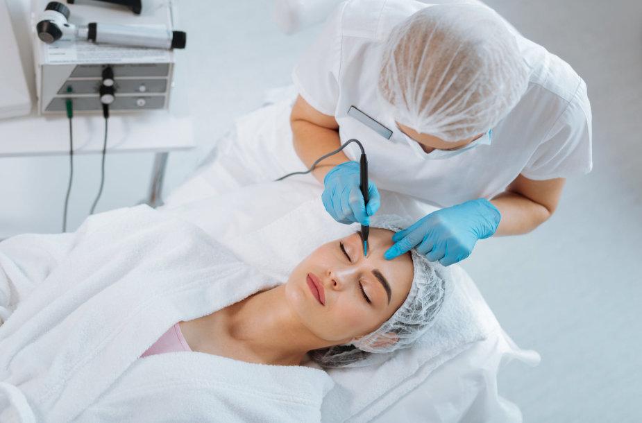Moteriai atliekama grožio procedūra