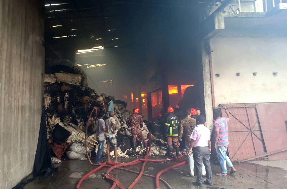 Mažiausiai šeši žmonės žuvo per gaisrą viename tekstilės fabrike Bangladeše