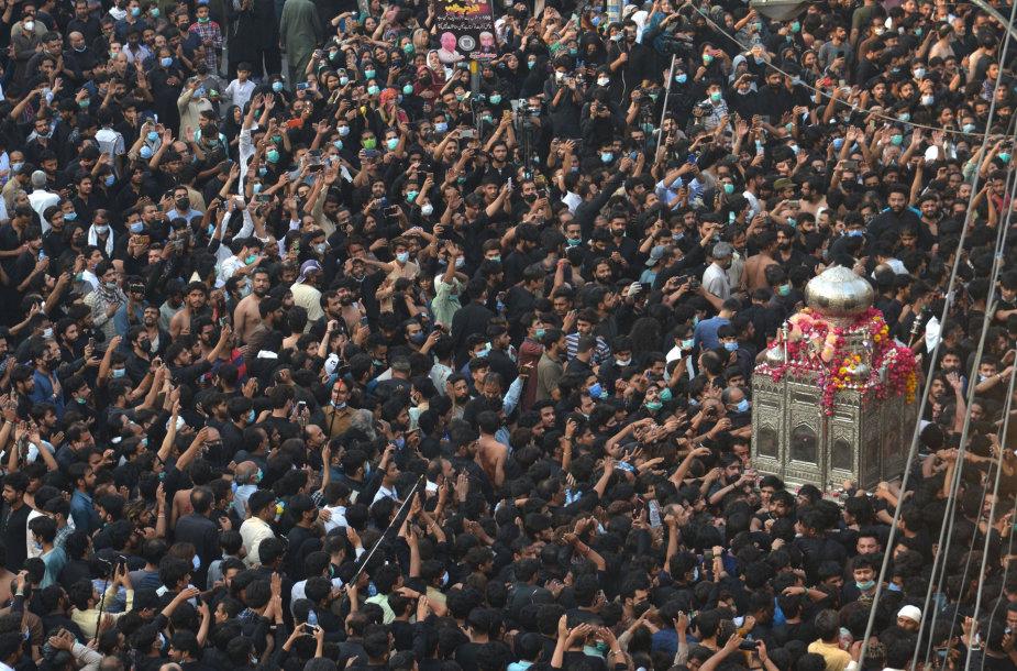 Pakistane sparčiai plintant virusui tūkstančiai žmonių dalyvavo šiitų procesijoje