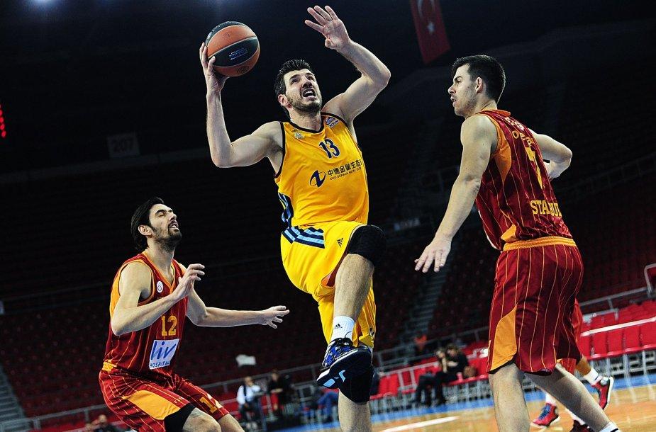 Su kamuoliu ALBA žaidėjas Marko Baničius