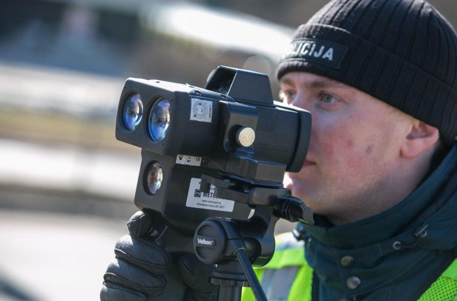 Vilniaus kelių policija matuoja greitį