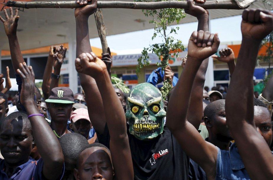 Protestuotojai priešinasi dabartinio prezidento Pierro Nkurunzizos sprendimui siekti trečios kadencijos