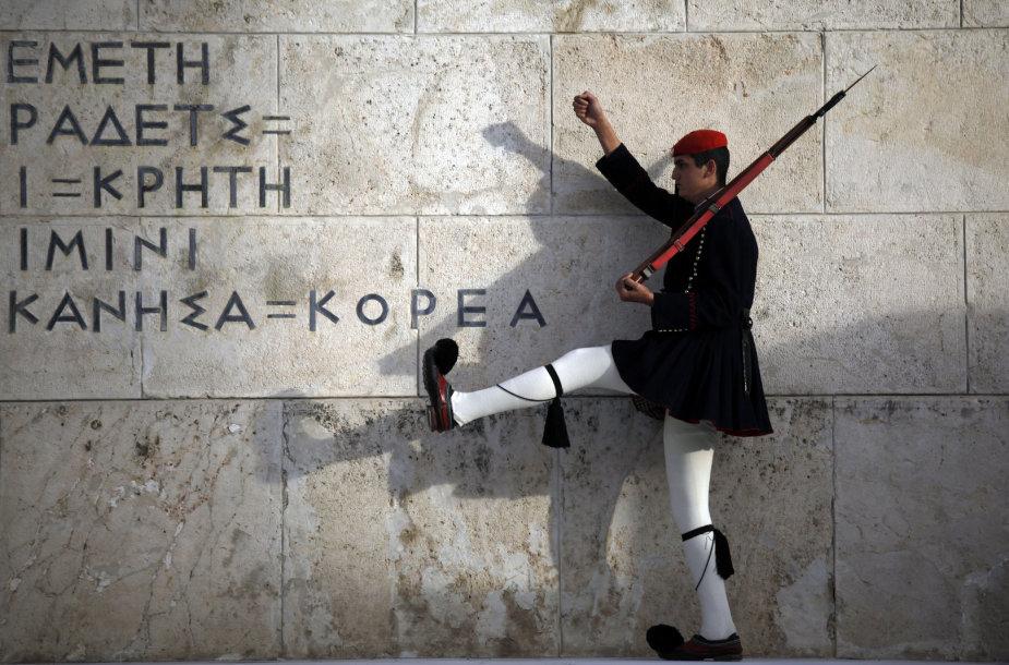 Sargybinis prie Graikijos parlamento sienos Atėnuose