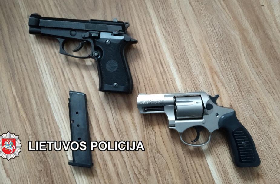 Pas įtariamąjį aptikti ginklai.