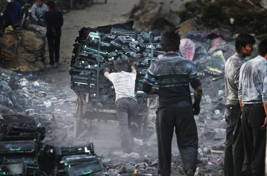 """Filmo """"Elektroninių atliekų istorija"""" stop kadras"""