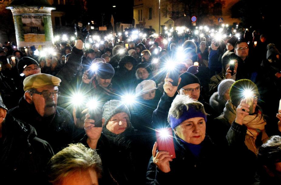 Lenkijoje tūkstančiai žmonių reiškė palaikymą nušalintam teisėjui