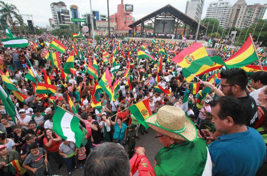 Džiūgaujantys žmonės po Evo Moraleso atsistatydinimo