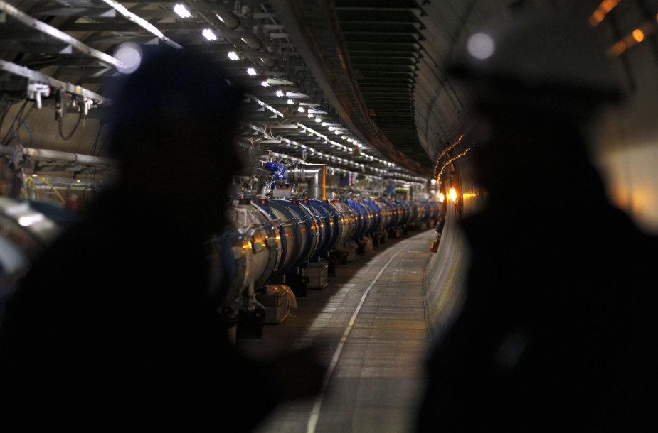 Ne, Didžiojo hadronų greitintuvo tunelyje – ne vaiduokliai, o mokslininkai