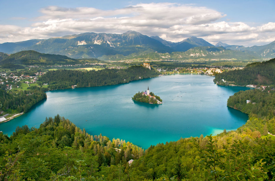 Bledo ežeras su bažnyčia saloje Slovėnijoje