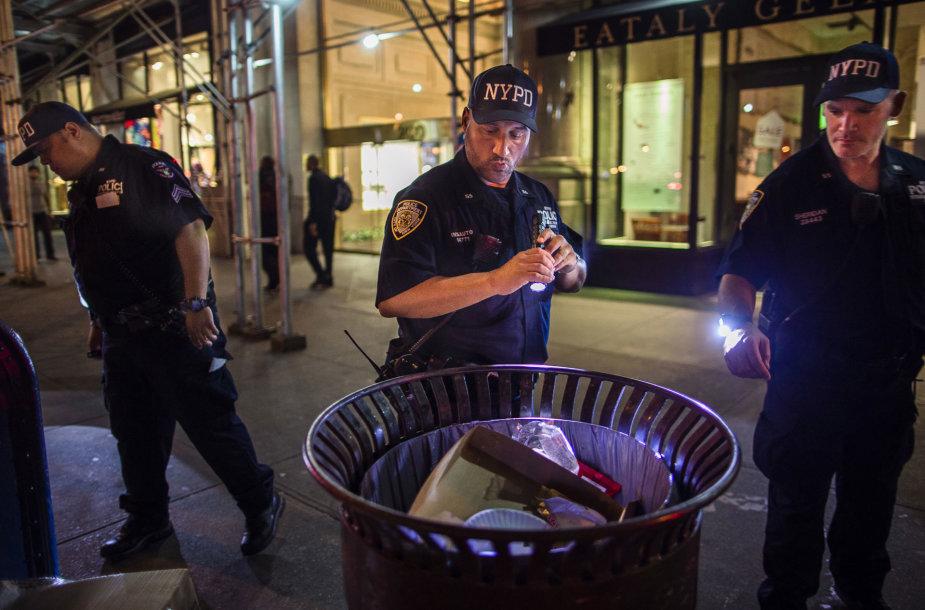 Pareigūnai po sprogimo Manhatane tikrina šiukšlių dėžes