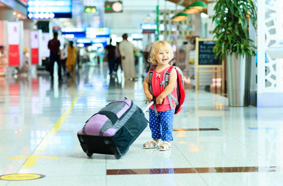 Vaikas oro uoste.