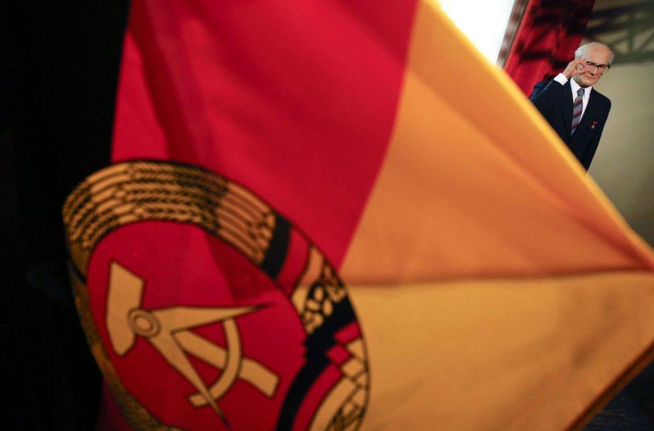 Rytų Vokietijos vėliava ir vaškinė Ericho Honeckerio skulptūra