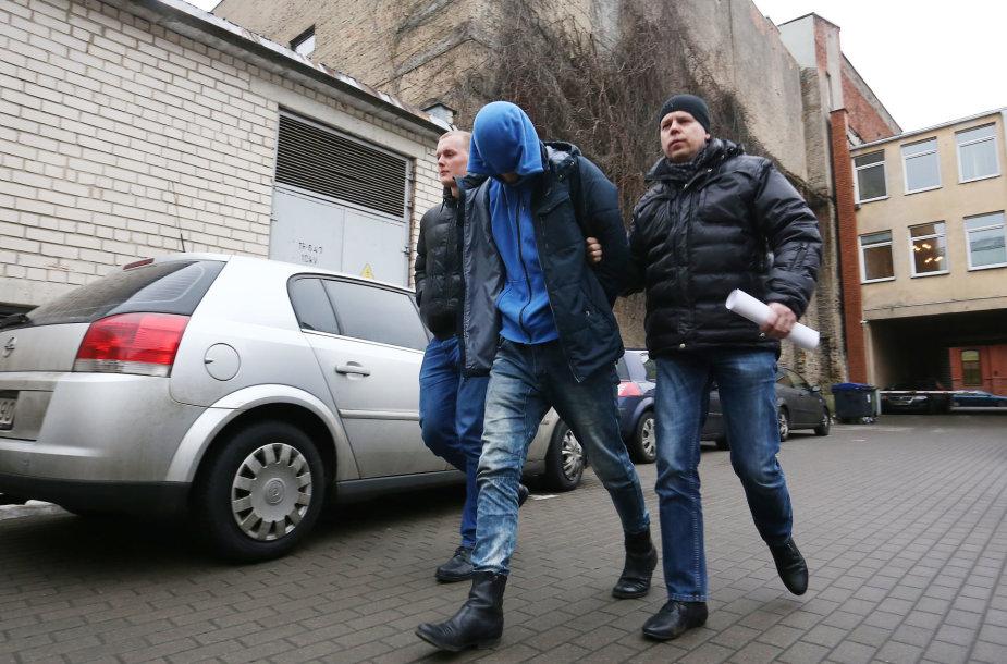 Žiauriu berniuko sumušimu įtariama motina ir jos sugyventinis atvesdinti į teismą