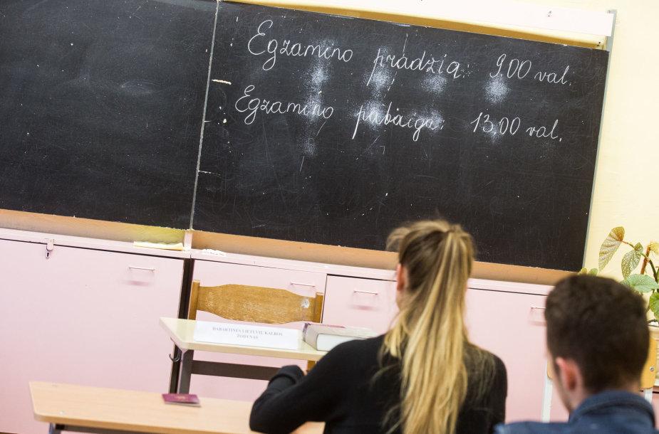 Abiturientai laiko lietuvių kalbos egzaminą