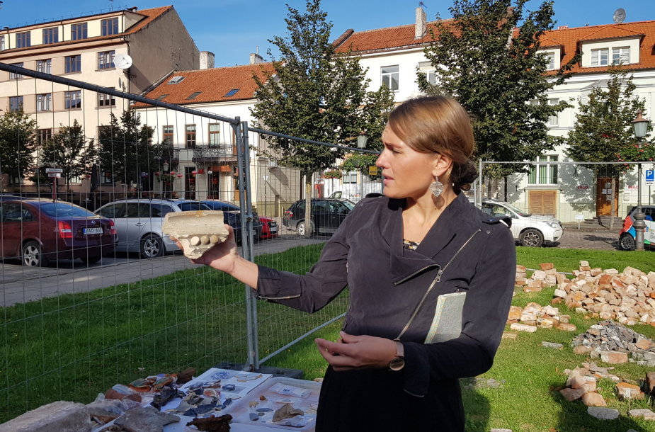 Archeologė R.Nabažaitė demonstruoja džiuginantį radinį – senosios bažnyčios lango apvadą.