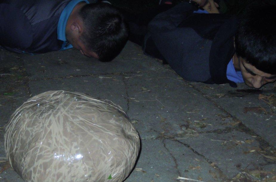 """Policijos kalbinami jaunuoliai turėjo štai tokį ,,kamuolį"""" prigrūstą marichuanos"""