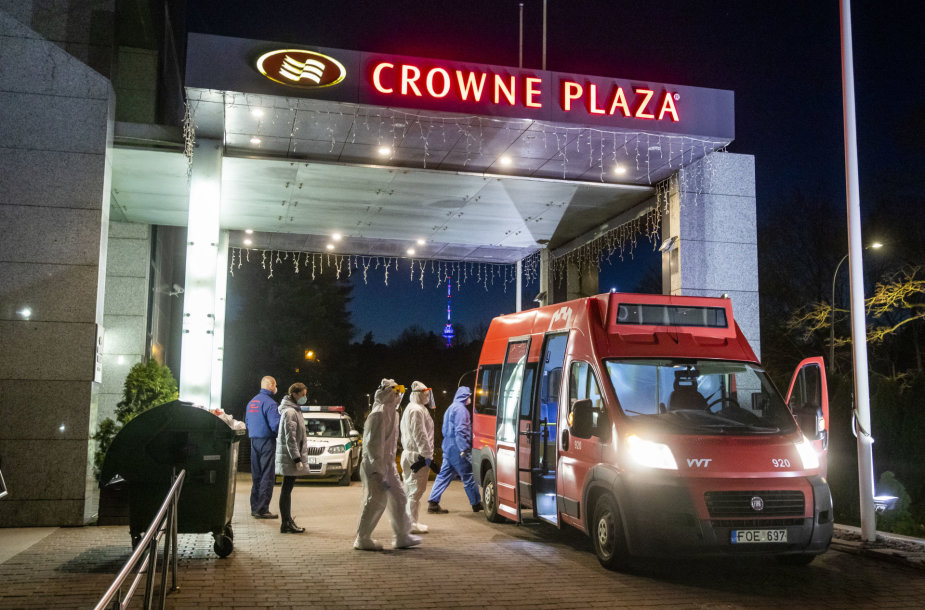 "Mobili laboratorija prie ""Crowne Plaza"" viešbučio"