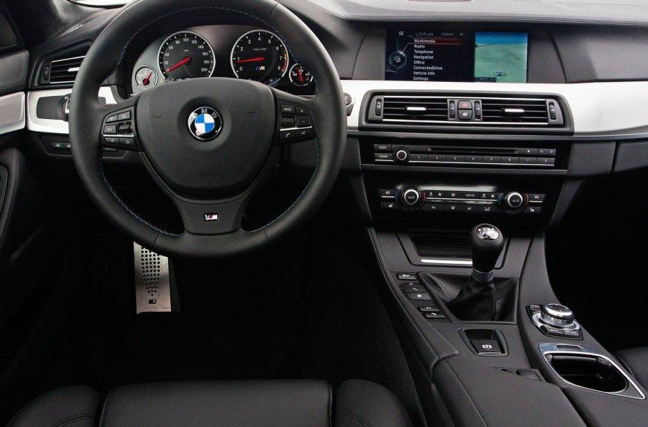 BMW M5 su mechanine pavarų dėže