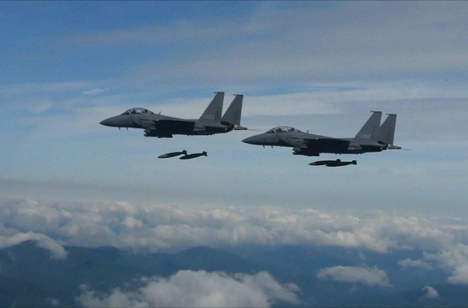 Pietų Korėjos naikintuvai bombardavimo pratybose
