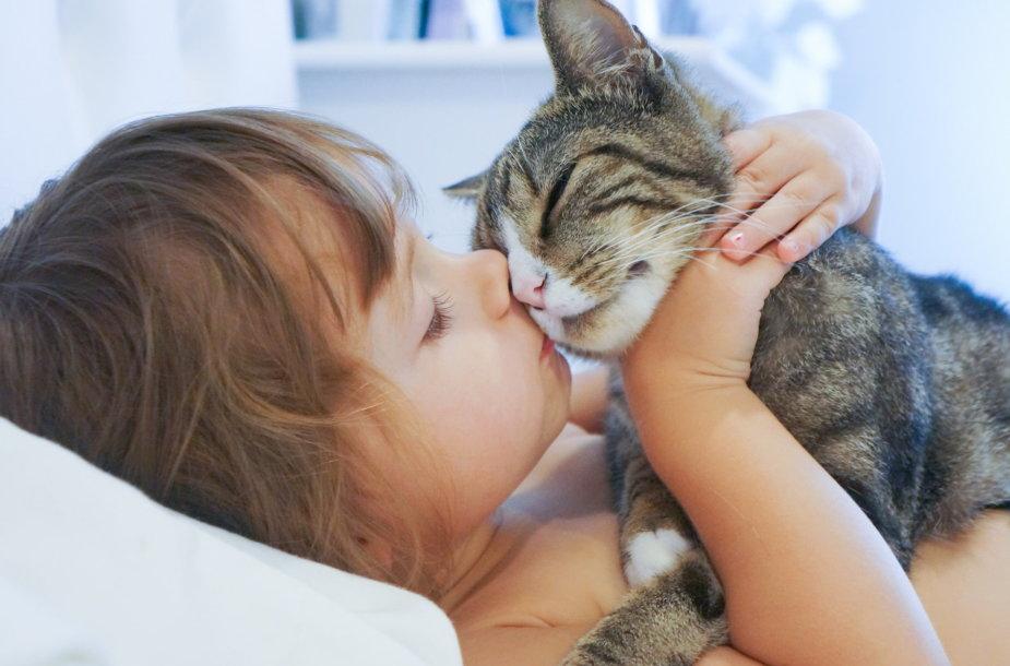 Mergaitė ir katinas.