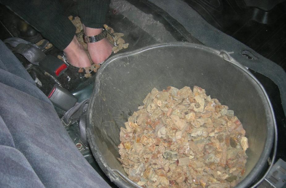 Paskutinę vasario mėnesio dieną Klaipėdos teritorinės muitinės Panemunės kelio poste buvo sulaikyta daugiau nei 84 kilogramai neteisėtai gabentos gintaro žaliavos.