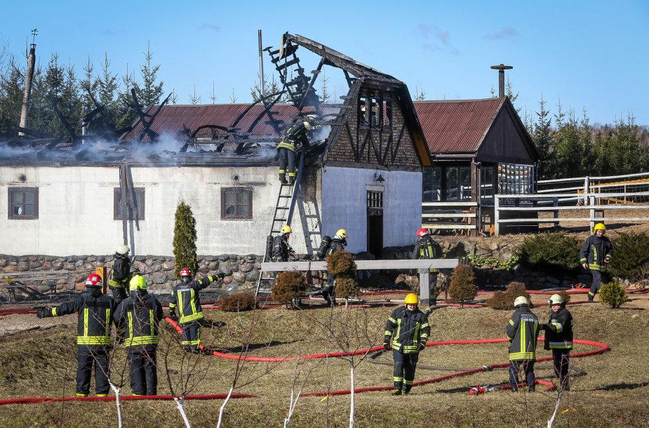 Purnuškių kaime Nemenčinės seniūnijoje antradienio rytą užsidegė Grybų dvaro arklidės.