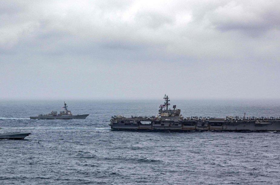 Į pagalbą tanklaiviui atskubėjo JAV karo laivai.