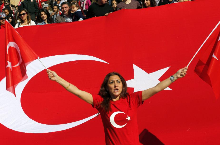 Turkė mojuoja Turkijos nacionalinėmis vėliavomis Ankaroje