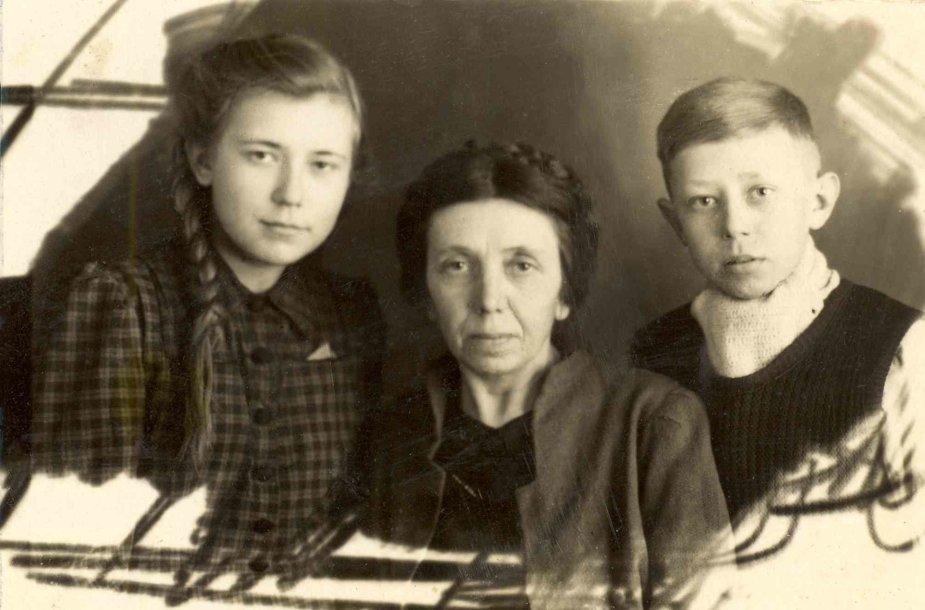 1941 m. tremtinė Elena Laskevičienė su vaikais Birute ir Algirdu.