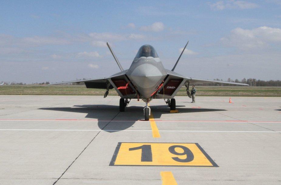 """Lietuvos kariniame aerodrome - JAV naikintuvai """"F-22 Raptor"""""""