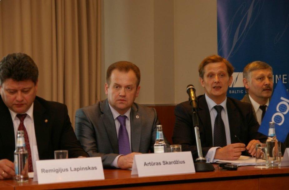 Artūras Skardžius (antras iš kairės) ir advokatas Paulius Koverovas (trečias iš dešinės) 2010 m. kritikavo  Atsinaujinančių išteklių energetikos strategiją